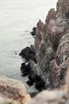 Krajobraz ze skałami i morzem