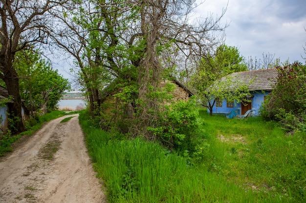 Krajobraz ze starym zapomnianym domem opuszczonym gdzieś w wioskach mołdawii
