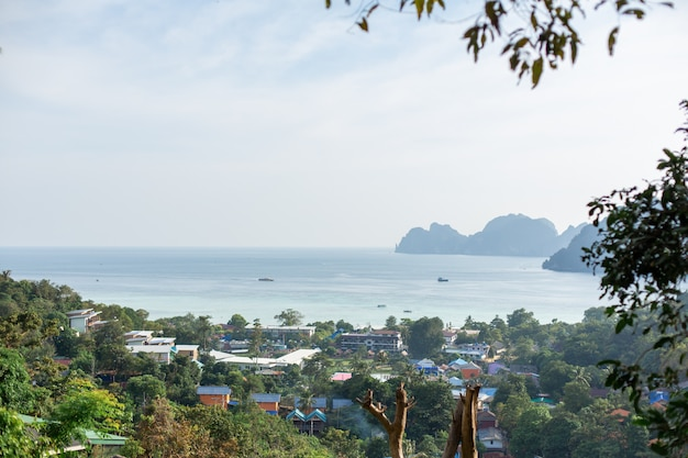 Krajobraz zielonej tropikalnej wyspy, domy mieszkalne lokalnych mieszkańców,