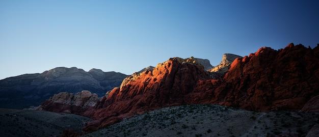 Krajobrazowa fotografia czerwieni skały jaru park narodowy w nevada przy zmierzchem