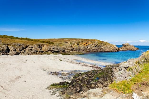 Krajobrazowa plaża skały klifowe brzegi w belle ile en mer w miejscu źrebiąt w morbihan