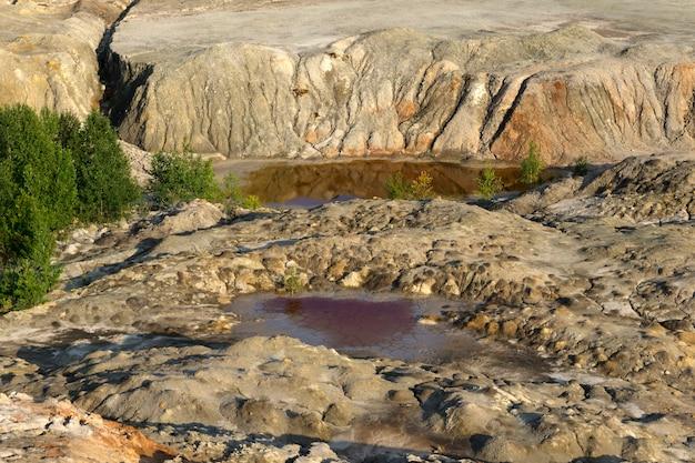Krajobrazowe jeziora na dnie dawnego kamieniołomu wydobycia kaolinu z pięknymi zboczami