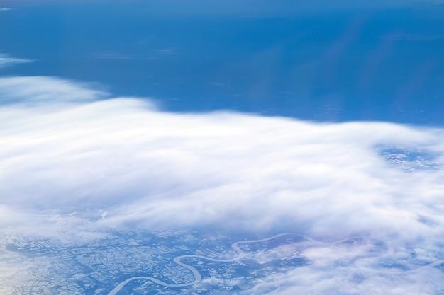 Krajobrazowe niebo widziane z samolotu lub z lotu ptaka