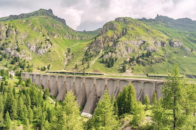 Krajobrazowy krajobraz z zielonym wzgórzem i dum w alpach