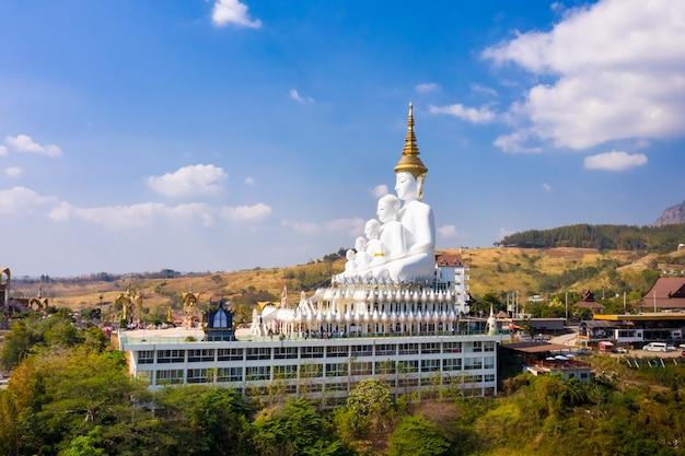 Krajobrazowy natura widok duży buddha na niebieskim niebie i górze. tajlandia
