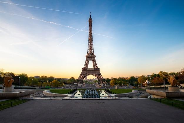 Krajobrazowy panoramiczny widok na wieży eifla i park podczas słonecznego dnia w paryż, francja. podróże i wakacje.