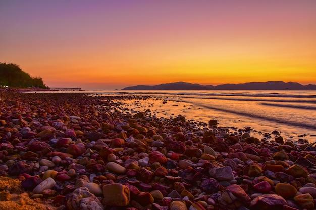 Krajobrazowy plażowy widoku wschód słońca na wieczór tle przy sattahip chon buri tajlandia