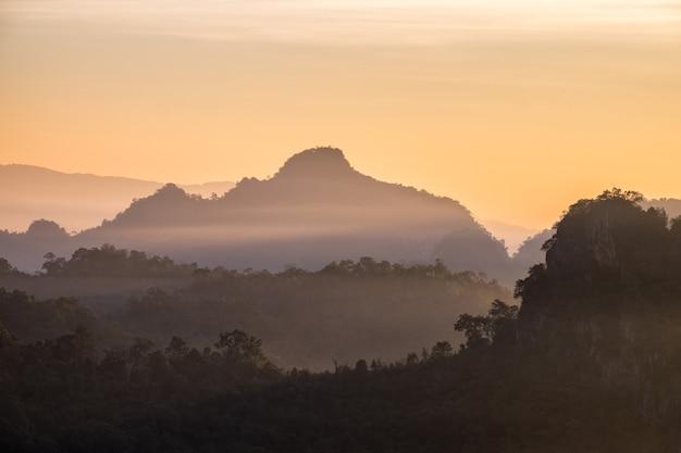 Krajobrazowy szczyt góry wschód słońca w godzinach porannych