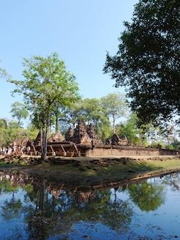 Krajobrazowy widok banteay srei lub lady temple w siem reap w kambodży