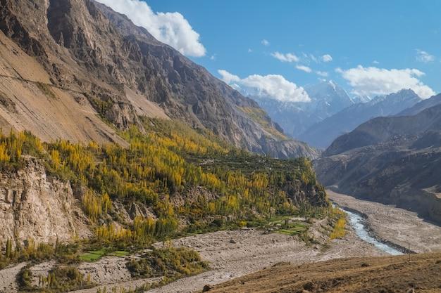 Krajobrazowy widok góry i hunza rzeka w jesieni. widok z autostrady karakoram, gilgit baltistan.