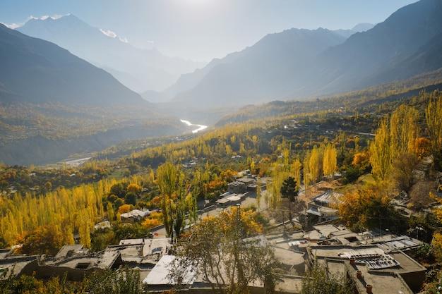 Krajobrazowy widok jesień w hunza dolinie, gilgit-baltistan, pakistan.