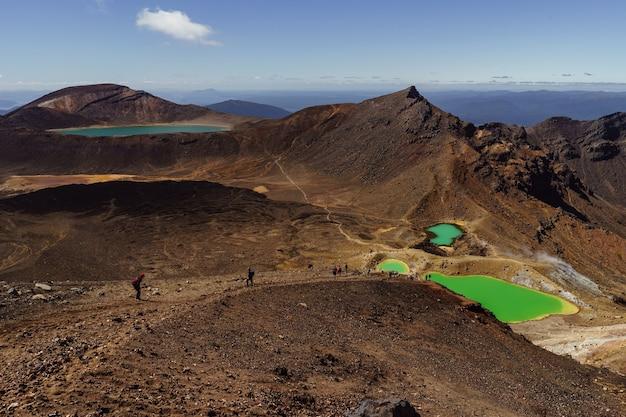 Krajobrazowy widok kolorowych szmaragdowych jezior i wulkanicznego krajobrazu
