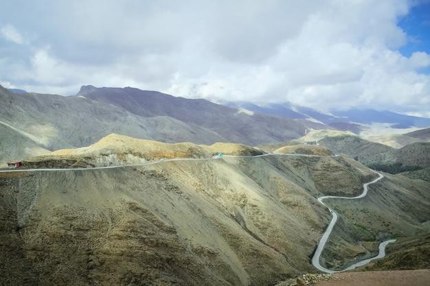 Krajobrazowy widok kręta droga wzdłuż pasma górskiego atlas