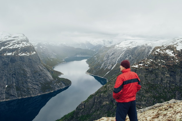 Krajobrazowy widok letni dzień z turystą w górach