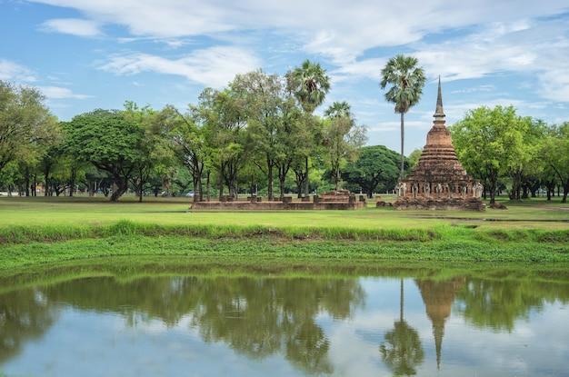 Krajobrazowy widok mała buddha świątynia w sukhothai, tajlandia