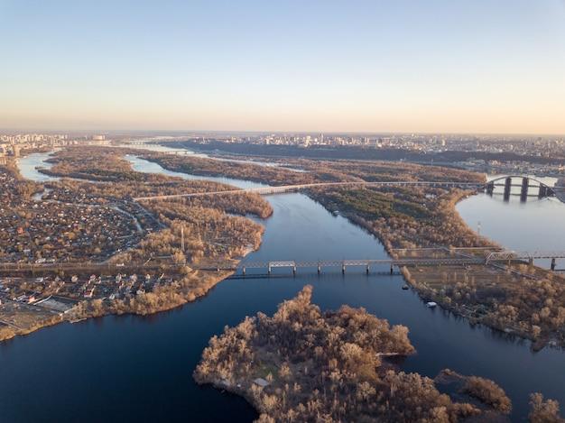 Krajobrazowy widok miasta kijowa z rzeką dniepr, lewa strona miasta