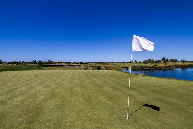 Krajobrazowy widok na pole golfowe w algarve.