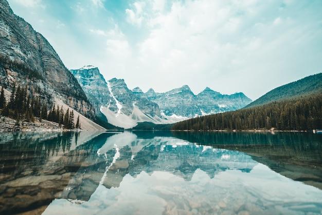 Krajobrazowy widok na zaśnieżone góry