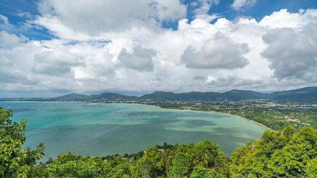 Krajobrazowy widok przyrody z punktu widzenia khao khad miasto phuket w tajlandii, dzień dobrej pogody piękny krajobraz krajobrazowy.