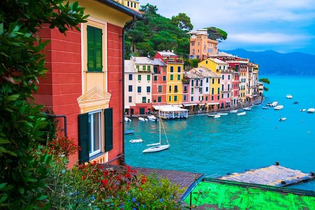 Krajobrazowy widok słynnego miasteczka portofino we włoszech