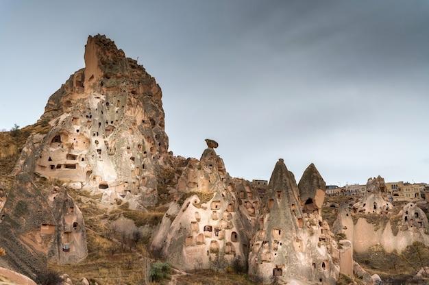 Krajobrazowy widok światowego dziedzictwa unesco, kapadocja, turcja pod zachmurzonym niebem