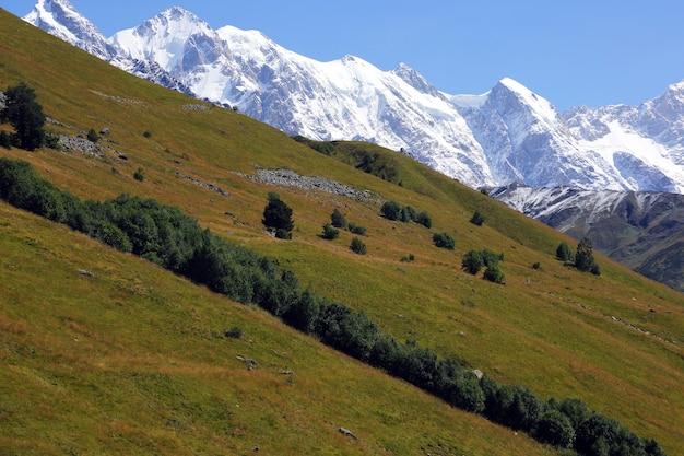 Krajobrazowy widok w górzystym terenie w gruzji