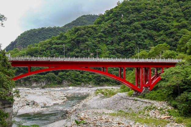 Krajobrazowy widok w taroko czerwieni moscie, taroko park narodowy, hualien, tajwan.