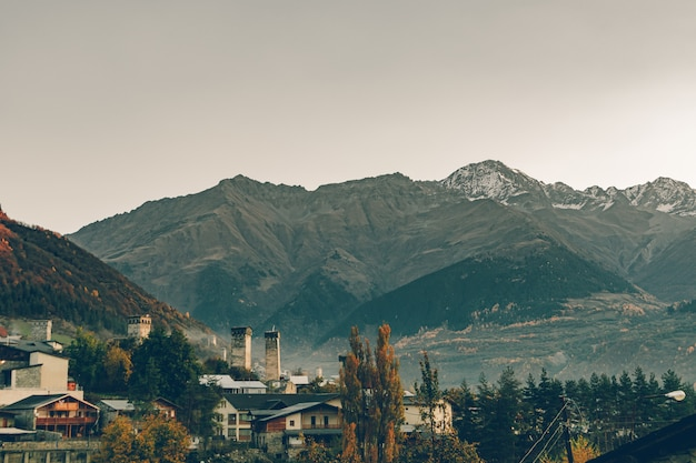 Krajobrazowy widok wiejski miasteczko i góra mestia, gruzja.