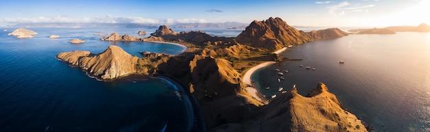 Krajobrazowy widok z wierzchu padar wyspy w komodo wyspach