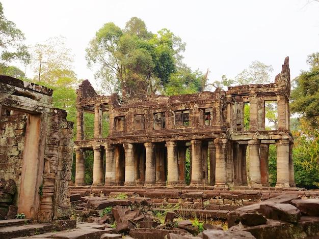 Krajobrazowy widok zburzonej kamiennej architektury w kompleksie angkor wat świątyni preah khan, siem reap, kambodża. popularna atrakcja turystyczna położona wśród lasów deszczowych.