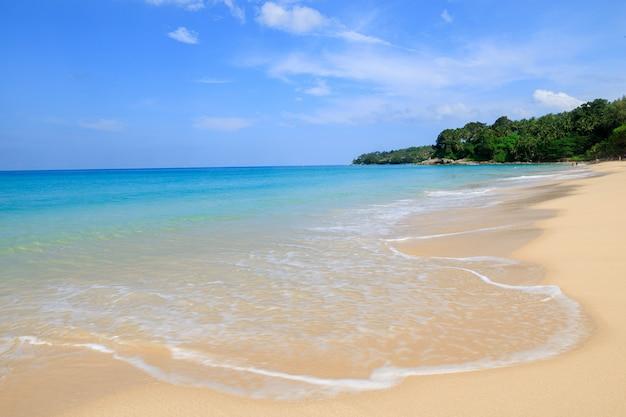 Krajobrazowy widoku surin plaży wakacje letni phuket tajlandia