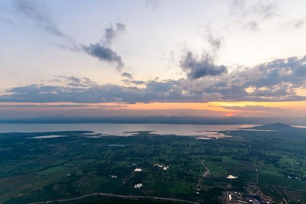 Krajobrazowy wschód słońca i pa sak jolasid tama, lopburi tajlandia
