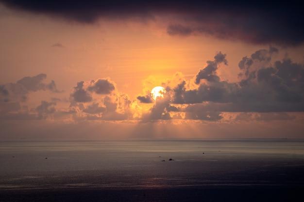 Krajobrazowy wschód słońca na przylądku hon chong