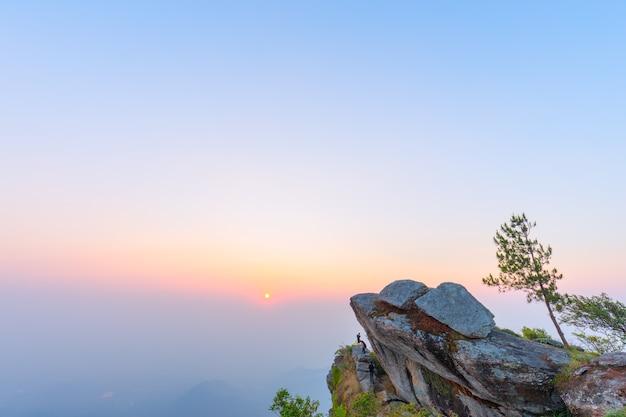 Krajobrazowy wschód słońca na widoku górskim przy ramkhamhaeng parkiem narodowym sukhothai tajlandia
