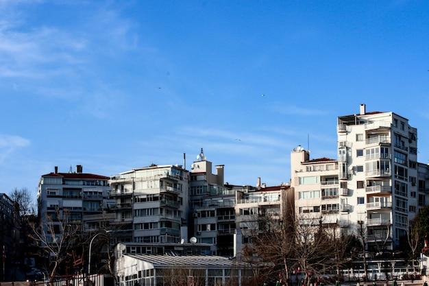 Krajobrazy domów z błękitnym niebem