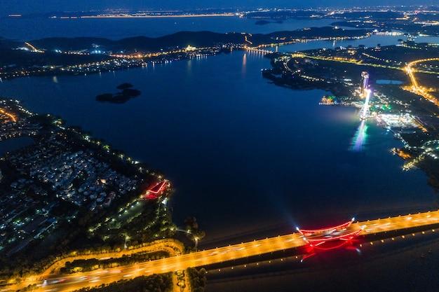 Krajobrazy i ruchy w parku przemysłowym wuxi w nocy
