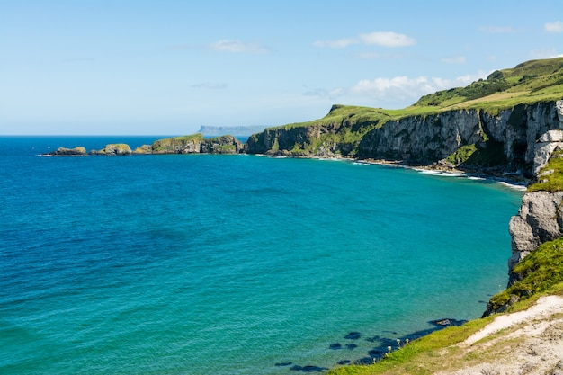 Krajobrazy irlandii. carrick-a-rede, irlandia północna