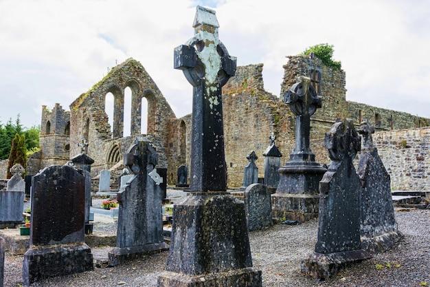 Krajobrazy irlandii. cmentarz opactwa cong w hrabstwie galway