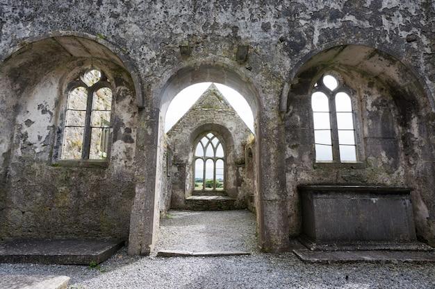 Krajobrazy irlandii, ruiny klasztoru ross w hrabstwie galway