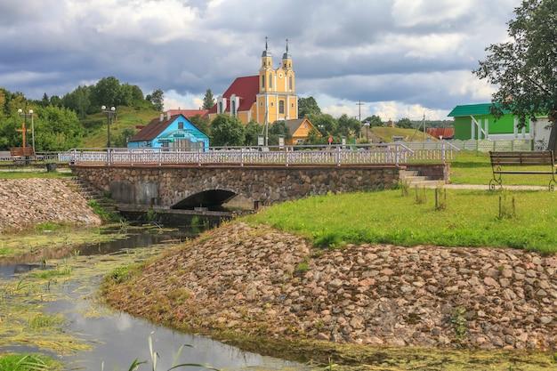 Krajobrazy małego białoruskiego miasteczka krevo z ruinami starego zamku