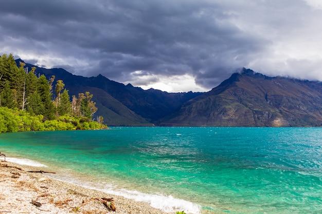 Krajobrazy nad jeziorem w rejonie queenstown lake wakatipu w nowej zelandii