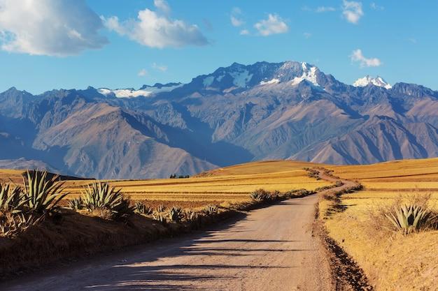 Krajobrazy pampasów w cordillera de los andes, peru, ameryka południowa