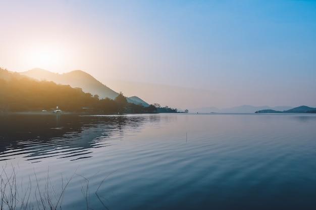 Krajobrazy rzeki jeziora widok góra w ranku