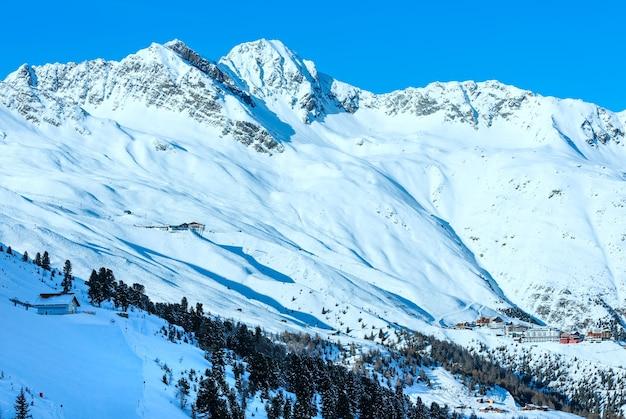 Krajobrazy z wyciągu kabinowego na ośnieżonych stokach (tyrol, austria).