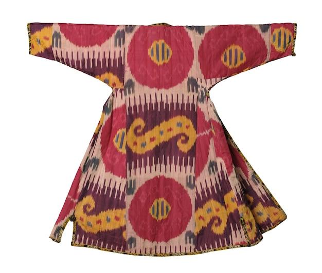 Krajowa wschodnia odzież wierzchnia na białym tle. azjatycka, uzbecka szopana