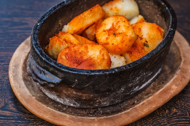 Krajowe jedzenie bałkańskie pieczone ziemniaki na stole w restauracji