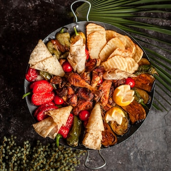 Krajowe potrawy z grilla i składniki do menu obiadowego