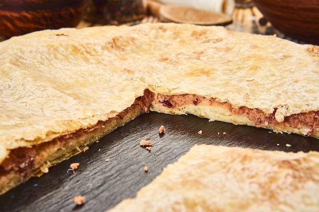 Krajowe Tradycyjne Potrawy Kaukaskie: Ciasta Osetyjskie, Chaczapuri, Chudu Premium Zdjęcia