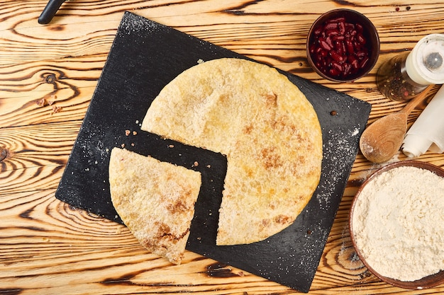Krajowe tradycyjne potrawy kaukaskie: ciasta osetyjskie, chaczapuri, chudu