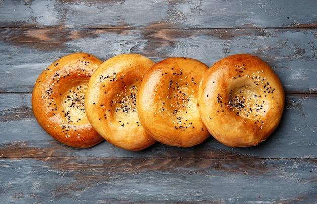 Krajowy chleb uzbecki na tle drewna. tradycyjne jedzenie. widok z góry